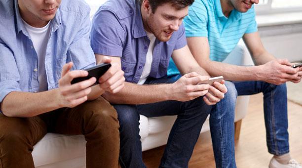 jóvenes jugando videojuegos en su celular