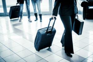 Mujer empresaria caminando con maletas